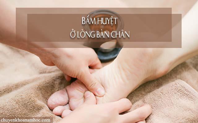 Bấm huyệt chữa liệt dương ở vị trí giữa lòng bàn chân