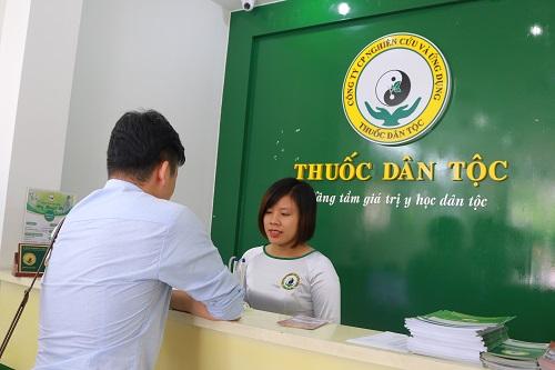 Bệnh nhân đến khám tại Trung tâm Thuốc dân tộc (Ảnh minh họa)