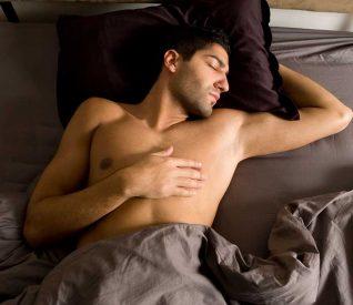 Ngủ khỏa thân và nằm ngửa sẽ tốt hơn cho bạn